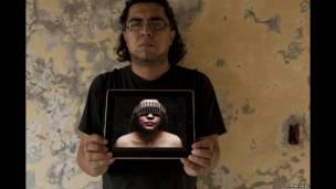 फोटोग्राफर तोशिरो गैलिगोस अपने स्टूडियो की छत पर.
