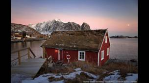 كوخ أحمر في النرويج