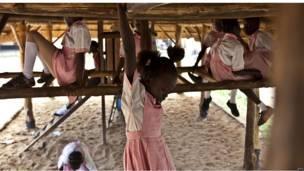 عدد من تلميذات المدرسة يلعبن