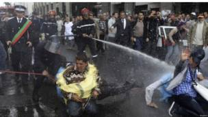 الشرطة تفرق المتظاهرين بالمياه