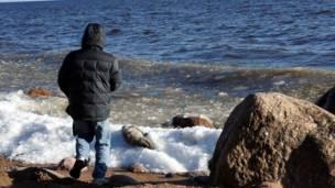 Человек на берегу моря