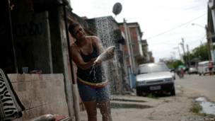 मछली साफ़ करती महिला