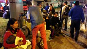 चिली में भूकंप के बाद सड़क पर बैठे लोग