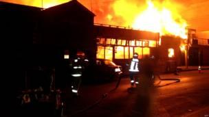 आग बुझाते फ़ायर ब्रिगेड के कर्मचारी