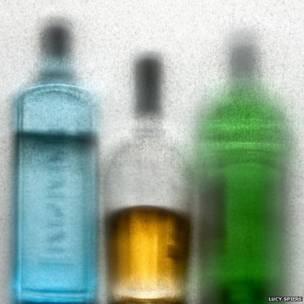 Botellas fotografiadas a través de papel de seda