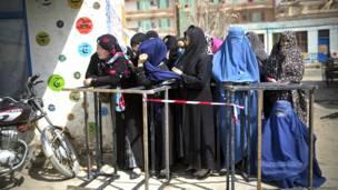 Mujeres haciendo fila para registrarse para votar