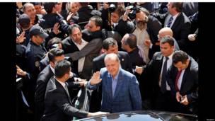 إردوغان يلوح بيده وسط الجموع