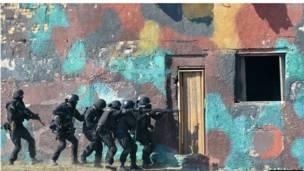 مجموعة من الجنود يقتحمون منزلا أثناء التدريب