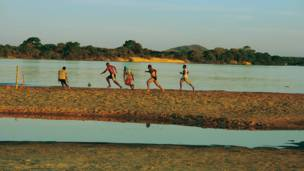 Conceição do Araguaia, Pará'daki bir nehir kumsalında spontane başlayan bir maç.