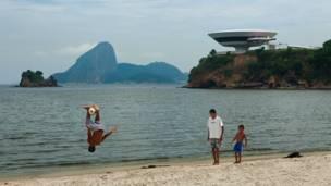 Niterói, Rio de Janeiro'da bir futbolcu yeteneklerini sergiliyor.