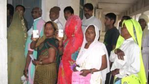 गुड़गांव के एक मतदान केंद्र पर मतदाता पहचान पत्र दिखाती महिलाएं.