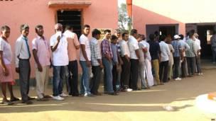 जमुई के एक मतदान केंद्र पर क़तारबद्ध मतदाता.