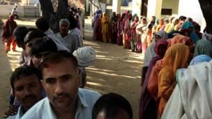 शामली के एक मतदान केंद्र पर क़तार में खड़े मतदाता.