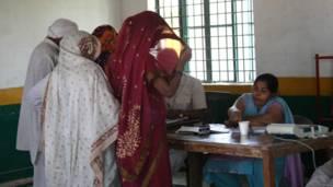 नाव, नौजवान और बुजुर्ग मतदान