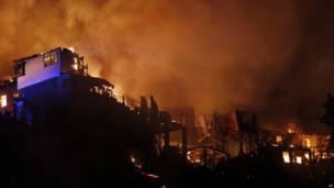 Casas en llamas en Valparaiso, Chile