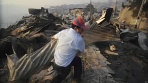 Un hombre entre los escombros, en Valparaiso, Chile