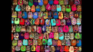 Hiding in Colombia – Mochilas. Liu Bolin