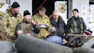 В Луганске вооруженные люди контролируют здание Службы безопасности Украины.