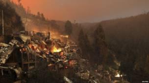 النيران منتشرة في تلال محيطة بمدينة فالبارايزو. رويترز
