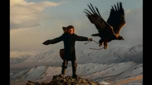 Ашол-Пан дрессирует беркута. Фото: Asher Svidensky / Caters News Agency