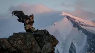 AShol-Pan qartalı ilə dağın zirvəsində. Asher Svidensky / Caters News Agency