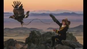 Ашол-Пан на вершине горы с беркутом. Фото: Asher Svidensky / Caters News Agency