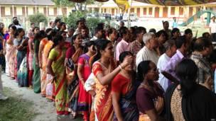 कूच बिहार के एक मतदान केंद्र पर लाइन में खड़े मतदाता