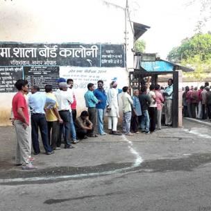 भोपाल के एक मतदान केंद्र पर खड़े मतदाता.
