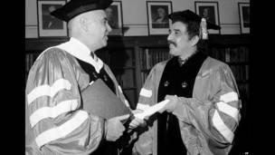 William James McGill (izquierda), presidente de la Universidad de Columbia.