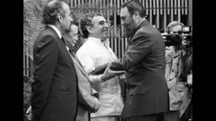 El líder cubano Fidel Castro recibe a Gabriel García Márquez.
