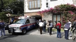 Ambulancia aparcada dentro del garaje del hogar de Márquez.