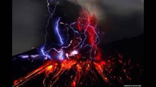 ज्वालामुखी विस्फोट की रोशनी और साकुराजिमा ज्वालामुकी का मुख. ताकाहितो मियाताके