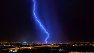 البرق في مدينة توسون في فترة الرياح الموسمية الصيفية في يوليو/تموز 2012 / تصوير: مايك اولبنيسكي / باركروفت