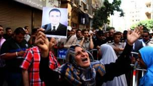 عائلة أحد الإخوان المحكوم عليهم بالإعدام تبكي خارج محكمة المنيا