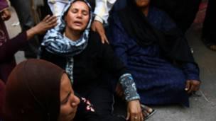 مدرعة تحمل رجال شرطة تؤمن محكمة المنيا أثناء نظر الحكم