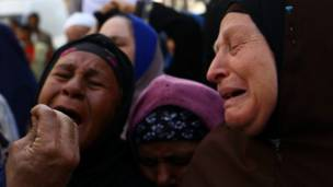 بكاء وعويل خارج محكمة المنيا بعد الحكم باعدام متهمين من جماعة الإخوان