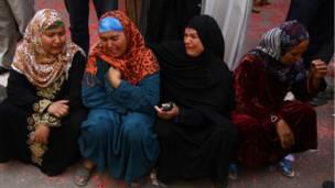 عائلات المتهمين المحكوم عليهم في المنيا يفترشون الأرض ويبكون بعد النطق بالحكم