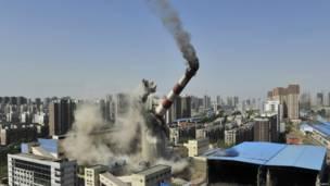 В китайском городе Шэньян снесли трубу бывшей местной ТЭЦ.