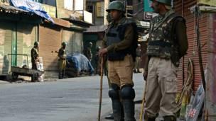 श्रीनगर के पुराने इलाक़े में तैनात सुरक्षा बलों के जवान.