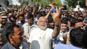 मतदान करने के बाद नरेंद्र मोदी