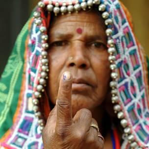 हैदराबाद के एक मतदान केंद्र पर उंगली पर लगी स्याही दिखातीं एक बुजुर्ग महिला.