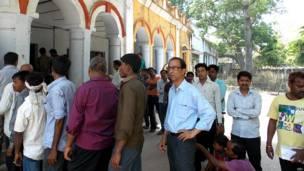 लखनऊ के एक मतदान केंद्र पर लगी मतदाताओं की क़तार