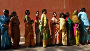 पश्चिम बंगाल के हावड़ा में मतदान करने के लिए लाइन में खड़ी महिलाएं.