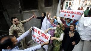 श्रीनगर में लोकसभा चुनाव के बहिष्कार को लेकर बुधवार को प्रदर्शन करते लोग