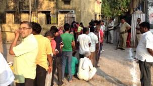 फ़ैज़ाबाद के एक मतदान केंद्र पर लगी मतदाताओं की क़तार