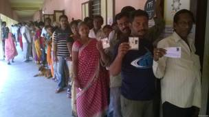 पश्चिम गोदावरी ज़िले के एक मतदान केंद्र पर लगी मतदाताओं की क़तार.