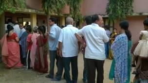 पश्चिम गोदावरी ज़िले के एक मतदान केंद्र के बाहर लगी मतदाताओं की क़तार.