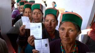 हिमाचल प्रदेश के एक मतदान केंद्र पर मतदान के लिए लाइन में खड़ी महिलाएं.