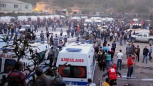 Получивших увечья шахтеров увозят в больницу