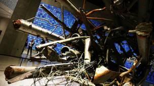 Parte de una antena de radio y televisión de la Torre Norte